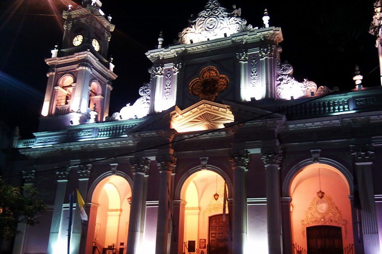 Catedral Basilica aan Plaza 9 Julio