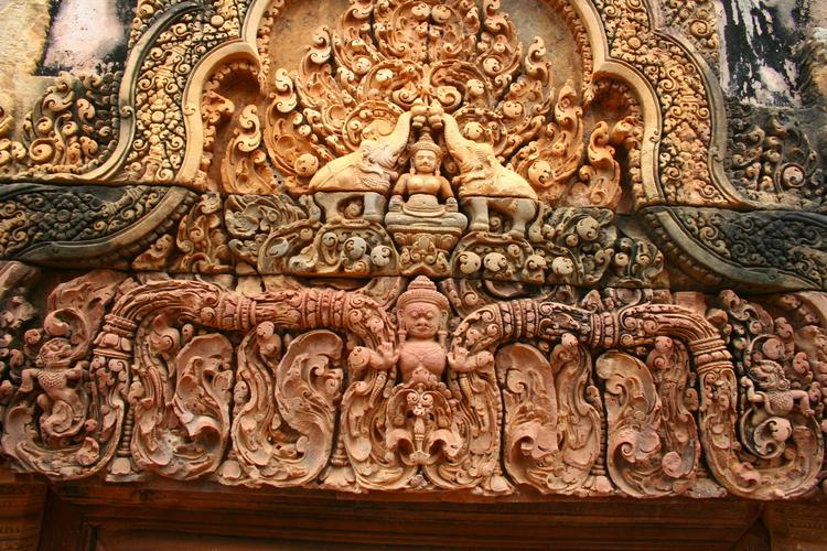 Gravure boven een poort in Banteay Srei