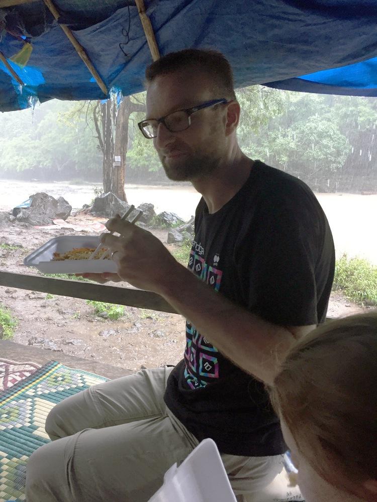 Natte lunch bij de Bou Sra watervallen