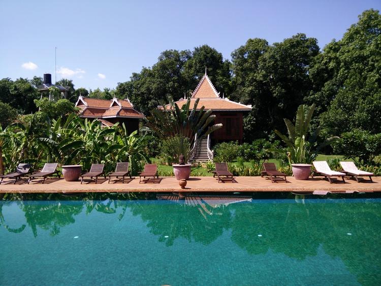 Zwembad bij Rajabori Villa's