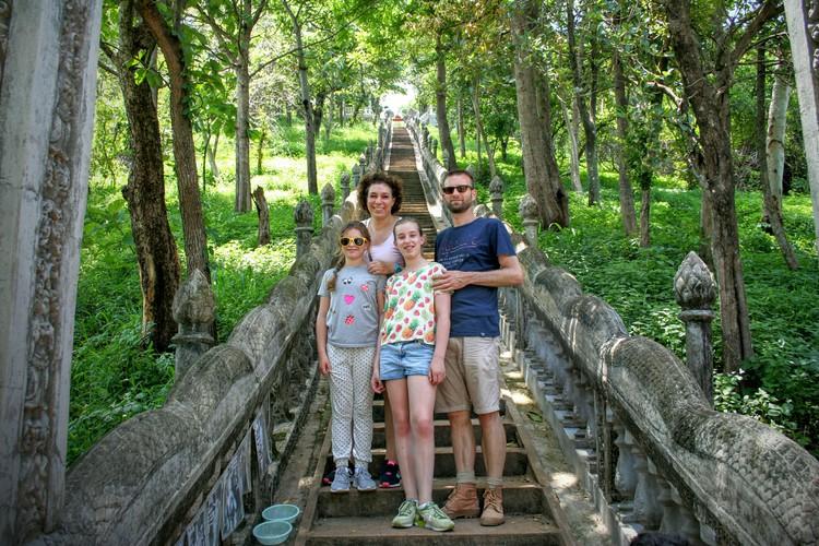 Tempeltrap onderweg naar Kompong Cham