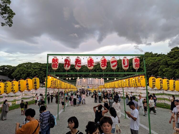 Obon lampionnen bij het Gokoku heiligdom